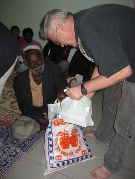201012_04 Richard distributing gift bags (3)