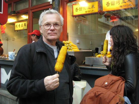 201103_10 Beijing Richard eating corn02